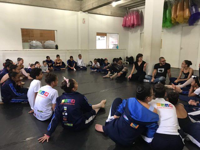 Aprendizes da SP Escola de Teatro durante atividade com integrantes da Ballet Paraisópolis. Foto: Divulgação
