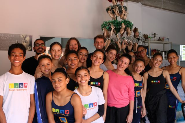 Alunas e alunos do Ballet Paraisópolis com a diretor Monica Tagarró e a equipe do Programa Kairós. Foto: SP Escola de Teatro