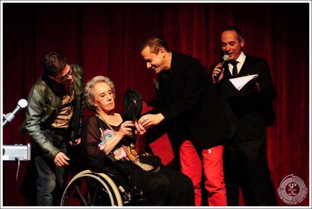 Maria Alice Vergueiro recebendo homenagem no Prêmio SP Escola de Teatro