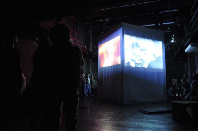 Projeção de vídeos durante o evento Metaxu