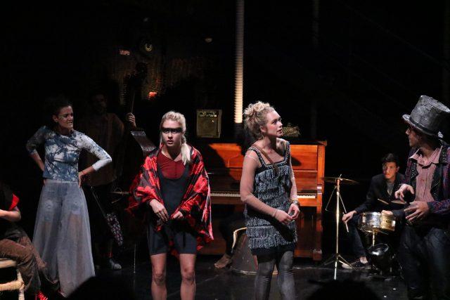As intercambistas Nora Ericsson e Carla Sehn, da Universidade das Artes de Estocolmo, em experimento cênico na SP Escola de Teatro. (Foto: SP Escola de Teatro)