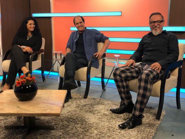 A dramaturga Dione Carlos, o encenador J.C. Serroni e o diretor executivo da SP Escola de Teatro, Ivam Cabral, em entrevista para a TV Alesp. (Foto; SP Escola de Teatro)