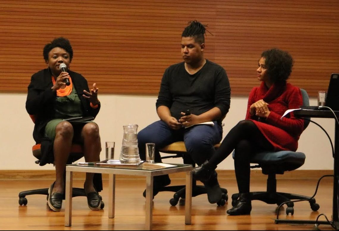 A jornalista Rosane Borges e advogada Dina Alves conversam com mediação do bibliotecário Ueliton Alves.⠀