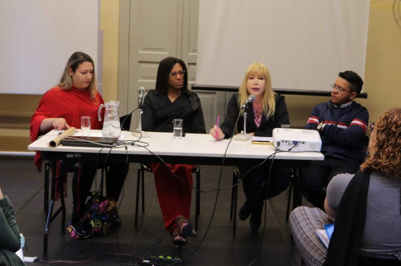 A ativista e recepcionista Kimberly Luciana, a diretora escolar Paula Beatriz, e a assistente Raphaela Fini conversam com mediação do formador de Dramaturgia Daniel Veiga.