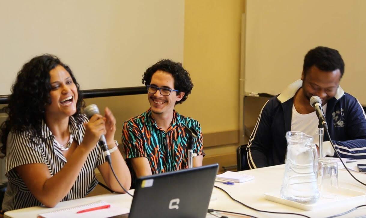 A atriz Naloana Lima (Grupo Clariô) e o diretor Miguel Rocha (Cia. de Teatro Heliópolis) com mediação do jornalista Mateus Araújo.⠀