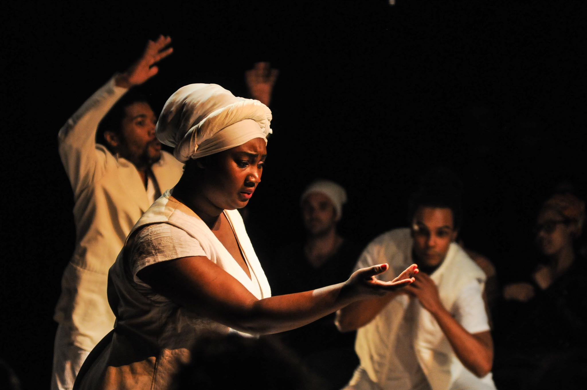 Espetáculo {ENTRE}, do Coletivo Negro, por Bob Sousa