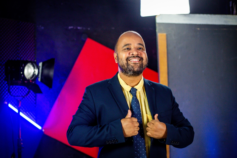 O jornalista e crítico Miguel Arcanjo Prado durante gravação da 2ª Edição do Prêmio Arcanjo de Cultura. (Foto: Edson Lopes Jr./Prêmio Arcanjo)