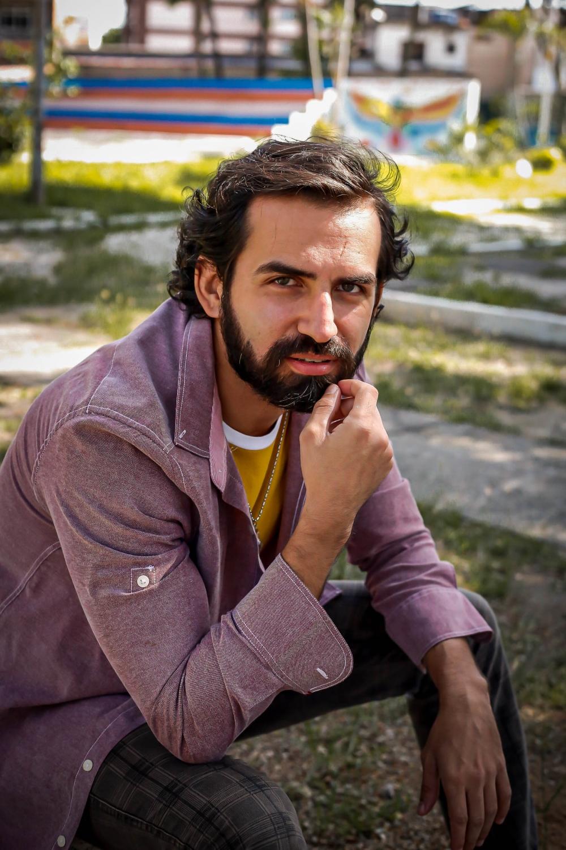 O ator Leandro Fazolla, que faz os Cadernos Cênicos no YouTube, é um dos 12 comunicadores da Mostra Aldir Blanc na SP Escola de Teatro - Foto: Higor Nery